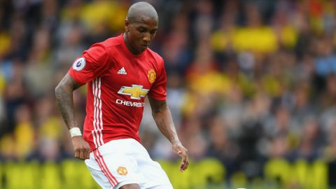 Jose Mourinho Ingin Pertahankan Ashley Young?